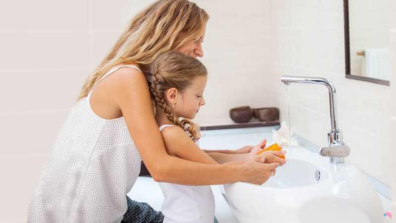 Мати та дитина миють руки