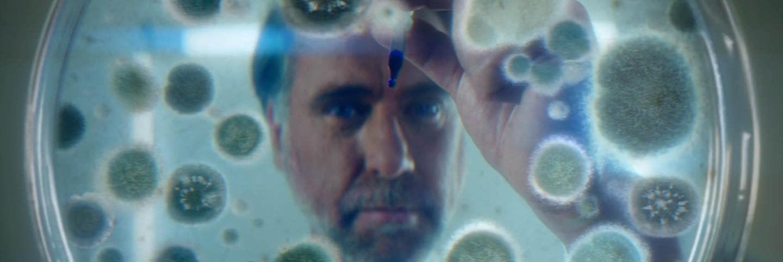 Вчений вбиває мікроби в лабораторії